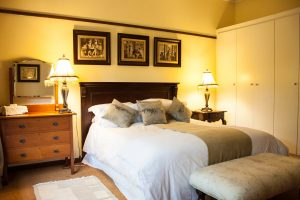 queen-size-bed-in-eclectic-room-brooks-cottage